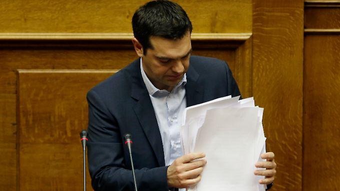 Jede Menge Papier: Die erste Regierungserklärung von Alexis Tsipras war lang und explosiv.