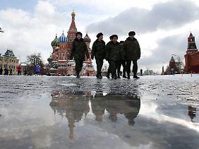 Blick über den Roten Platz auf die Basilius-Kathedrale in Moskau.