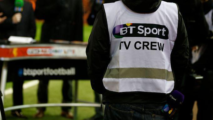 Nicht nur dieses Mikrofon sitzt locker in der Hose bei den britischen Sportsendern, sondern anscheinend auch das Geld. Umgerechnet 6,9 Milliarden Euro für drei Jahre - so viel Geld nimmt keine andere Fußballprofiliga für ihre Übertragungsrechte.