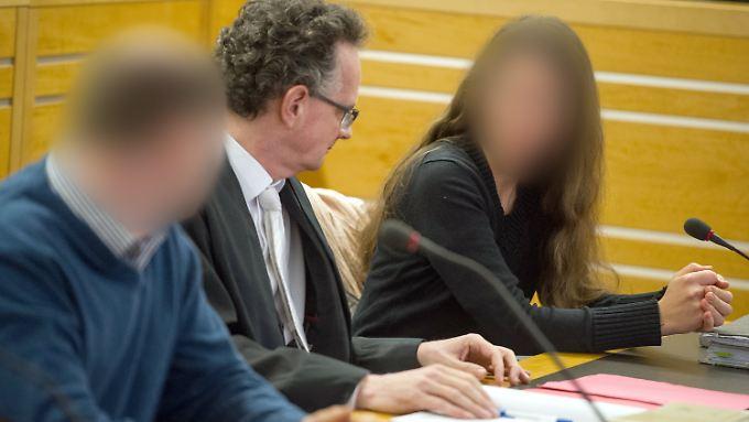 Antje Renate B. (re.) und Baldur B. (li.) müssen nicht ins Gefängnis. Hier mit ihrem Verteidiger Matthias Macht.