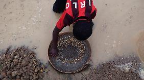 Ein Arbeiter in Sierra Leone sucht nach Diamanten.