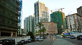 Der Ort des Anschlags heute: Links ist das St.-George-Hotel zu sehen, das immer noch nicht ganz restauriert ist. Hinten rechts ist die Gedenkstelle mit der Statue Hariris.