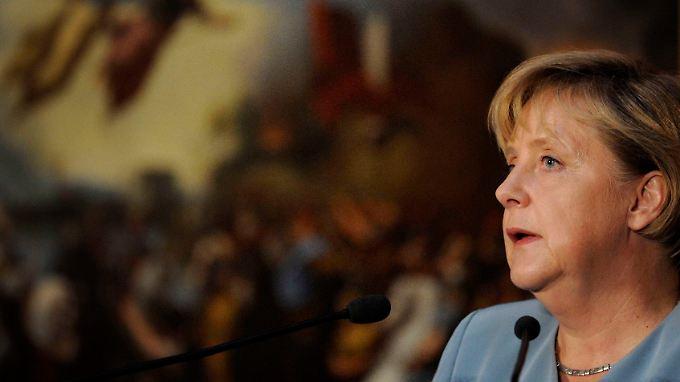 Umstrittene Preisverleihung in Potsdam: Merkel ehrt Westergaard
