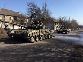 Panzer auf der Straße Richtung Debalzewo
