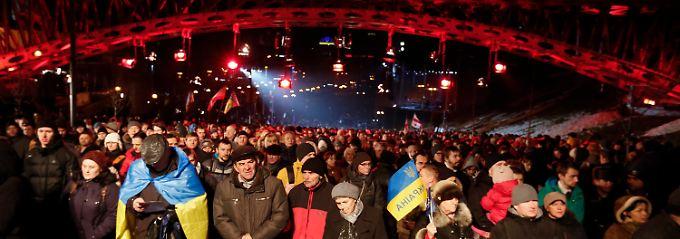 Auf dem Maidan in Kiew versammelten sich Tausende Ukrainer, um an Todesopfer vor einem Jahr zu erinnern.