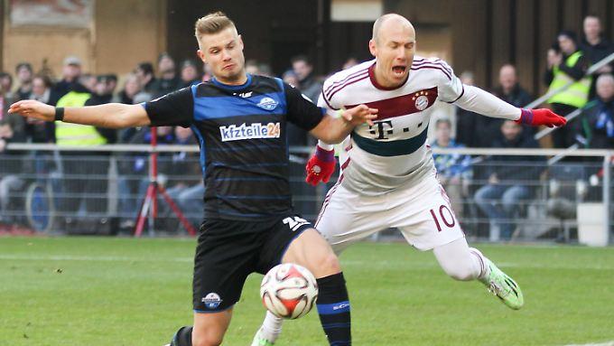 Da fliegt er: Bayerns Arjen Robben, gefoult vom Paderborner Florian Hartherz.