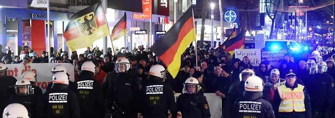 Großeinsatz in der Karlsruher Innenstadt: Die Polizei hat Mühe, Kargida-Anhänger und Gegendemonstranten auseinanderzuhalten.