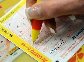 Wer im Lotto gewinnt, muss erstmal nichts ans Finanzamt abgeben. Erst wenn der Geldsegen Zinsen abwirft, muss gezahlt werden.