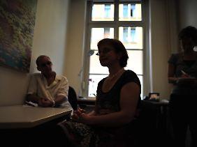Ehemalige Insassen des Jugendwerkhofes Torgau unterhalten sich in einer Leipziger Beratungsstelle mit einer Psychologin.