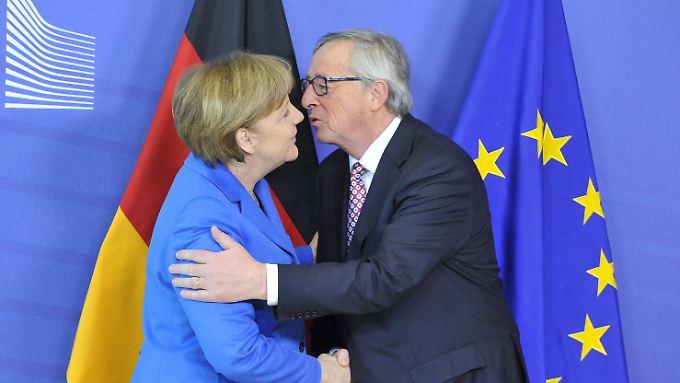 Herzlicher Empfang: Alle Spannungen zwischen Merkel und Juncker waren bei dem Arbeitsbesuch vergessen.