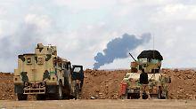 Irakische Soldaten haben das Ölfeld im Blick.