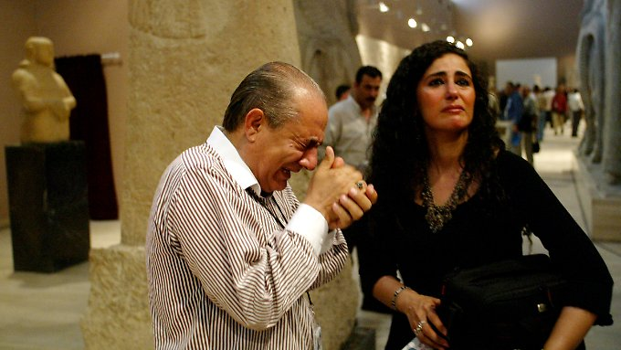 Ein Mann bricht in Tränen aus, als er  im Bagdad Museum den antiken assyrischen Schätzen aus Nimurd gegenübersteht (während einer kurzen Wiedereröffnung des Museums 2003).