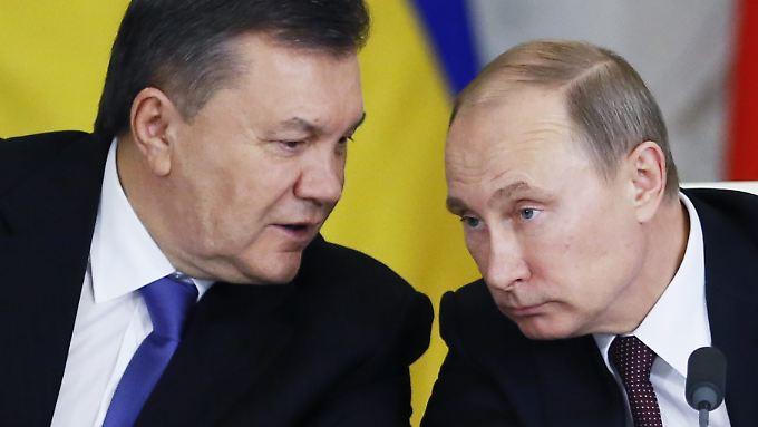 Als der prorussische Präsident der Ukraine, Janukowitsch (l.), aus Kiew flieht, sinnt Russlands Präsident Putin über eine Rettung nach. Am Ende steht die Annexion der Krim. Der Westen reagiert mit Sanktionen. (Bild aus dem Dezember 2013)