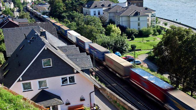 Besonders betroffen ist das Mittelrheintal - dort scheint der Güterverkehr in Armlänge vorbeizubrettern.