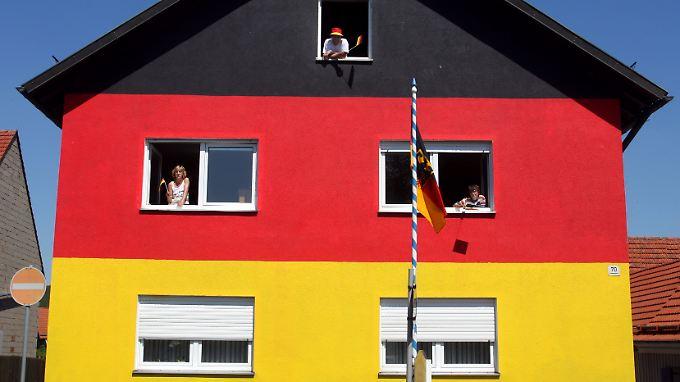 Deutsche Privatanleger investieren im Vergleich zu anderen Ländern wenig in Aktien - und lieber in ihr Eigenheim.