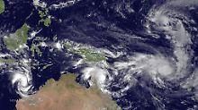 """Drei Tropenstürme auf einem Satellitenbild: Links """"Olwyn"""", Mitte """"Nathan"""", rechts """"Pam""""."""