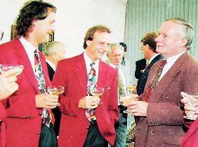 Schredder-Look-Beweisfoto: Trainer Peter Neururer, sein Assistent Rüdiger Abramczik - und Oskar Lafontaine.