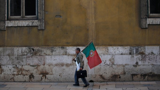 Szene in der Lissaboner Innenstadt: Einer hält die Fahne hoch.