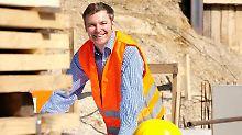 Ein Baubegleiter überprüft die einzelnen Arbeitsschritte und kann so Baumängel vermeiden. Außerdem koordiniert er den Terminablauf und checkt die Rechnungen.