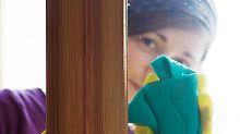 Putzhilfen bekommen auch in Privathaushalten den Mindestlohn. Allerdings entfällt für Privathaushalte die Aufzeichnungspflicht für die Arbeitszeit. Foto: Silvia Marks