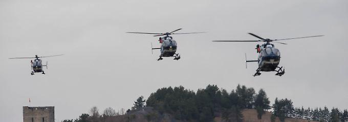 Hubschrauber auf dem Weg zur Absturzstelle.