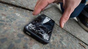 Ein Sturz auf den Asphalt - schon ist das Display kaputt. Wer ein Smartphone zur Reparatur bringt, muss oft lange warten und viel bezahlen. Zu dem Ergebnis kommt Stiftung Warentest. Foto: Franziska Gabbert