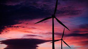 Der Umbau auf erneuerbare Energie kostet die Konzerne viel Geld.