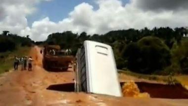 Fahrt endet im Fluss: Bus stürzt ins Erdloch und schwimmt davon