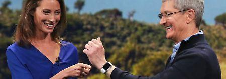Apple-Chef Tim Cook (r.), hier bei einer Vorführung der Apple Watch mit Supermodel Christy Turlington Burns.