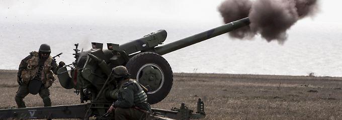 Das Azov-Freiwilligenbataillon bei einem Artillerie-Training in der Nähe von Mariupol.