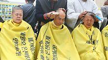 """Kahlschlag als Protestaktion: """"Sewol""""-Angehörige setzen Rasierer an"""