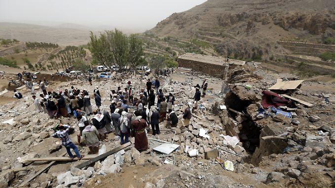 Eine Luft-Boden-Rakete verfehlte ihr Ziel und löschte in einem Vorort von Sanaa eine komplette Familie mit sechs Kindern aus.