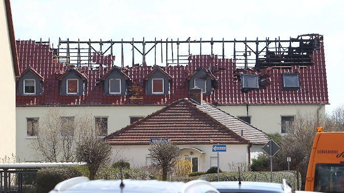 Das Dachgeschoss, das ab Mai als Wohnraum für Asylbewerber dienen sollte, brannte bei dem Brand in Tröglitz komplett aus.