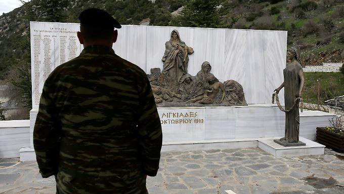 Im griechischen Dorf Ligiades erinnert ein Gedenkstein an die Menschen, die dort  1943 von der Wehrmacht umgebracht worden sind.