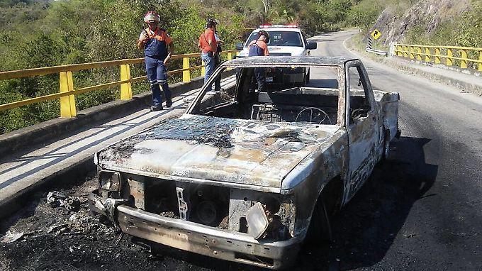 Ein Auto der Polizisten ist völlig ausgebrannt.