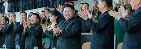 Fast könnte man sie übersehen: Bei Nordkoreas First Lady handelt es sich um die zierliche Dame links vom Machthaber Kim Jong Un (Mitte).