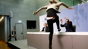 Eine Frau attackiert EZB-Präsident Mario Draghi während der Pressekonferenz der Europäischen Zentralbank in Frankfurt.