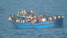 Ein Flüchtlingsboot bei einem Rettungseinsatz vor der Küste Siziliens.