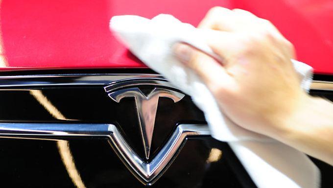 Der amerikanische Elektroauto-Hersteller Tesla hat einen Börsenwert von etwa 26 Milliarden US-Dollar.