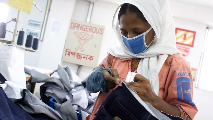 Auch zwei Jahre nach der Katastrophe haben sich die Arbeitsbedingungen in Bangladesch nicht wesentlich verbessert.