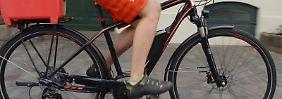 E-Bikes werden immer beliebter. Neulinge sollten sich erstmal an das neue Fahrgefühl gewöhnen. Ein paar Übungsrunden auf einem Parkplatz sind durchaus sinnvoll.