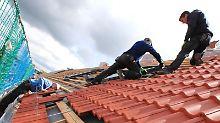 Im letzten Lehrjahr der Ausbildung zum Dachdecker ist eine Spezialisierung auf Reetdächer möglich. Diese besondere Handwerkskunst beherrscht etwa Mathias Hahn. Foto: Jens Büttner