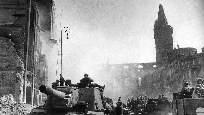 Russische Panzer rücken 1945 ins damalige Königsberg, das heutige Kaliningrad, ein.