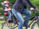 Gut geschützt: Die Deutsche Verkehrswacht rät Eltern zu Kindersitzen hinter dem Radfahrer. Foto: Michael Reichel
