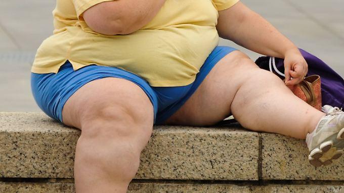 Mit dem BMI errechnet man das Verhältnis von Körpergröße zu Gewicht. Liegt der Wert über 30, spricht man von Fettleibigkeit.