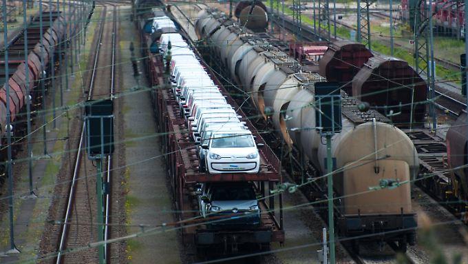 Güterwagons stehen auf dem Rangierbahnhof Maschen (Niedersachsen) auf den Gleisen.