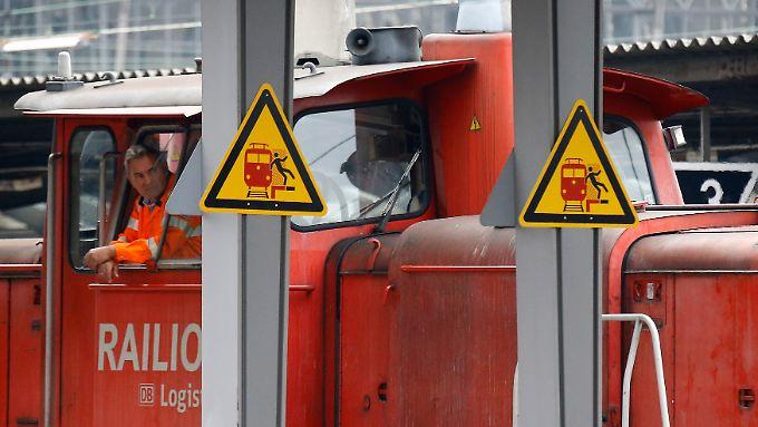 Streik bei der Bahn: Zwei Stunden nach Mitternacht schließen sich ICE-, IC-, S- und Regionalbahnlokführer den Kollegen im Güterverkehr an.
