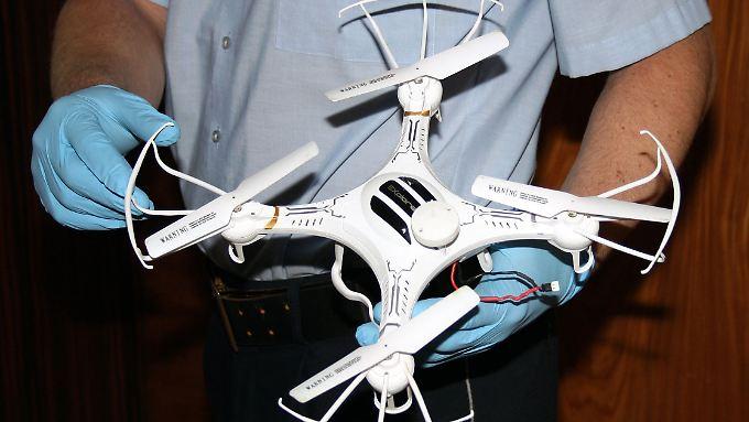 Eine besondere Genehmigung braucht man zur privaten Nutzung einer Drohne nicht. Jedoch darf das Fluggerät nicht über Straßen oder bewohntem Gebiet genutzt werden.