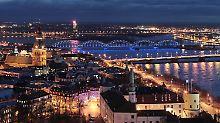 Blick auf das abendlich beleuchtete Riga.