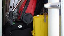 Staubsauger trifft Koffer: In einem kleinen Abstellraum wird es manchmal eng. Dann braucht es mehr Stauraum in der Wohnung.